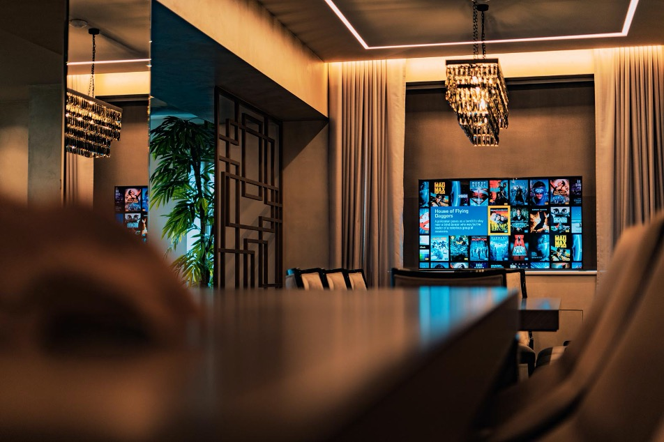 Лифт для телевизора PLот Future Automationпозади стола для совещаний